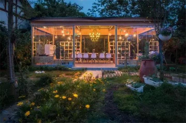 她用1年打造一座绝美小院,玻璃房、树屋、花园全都有!